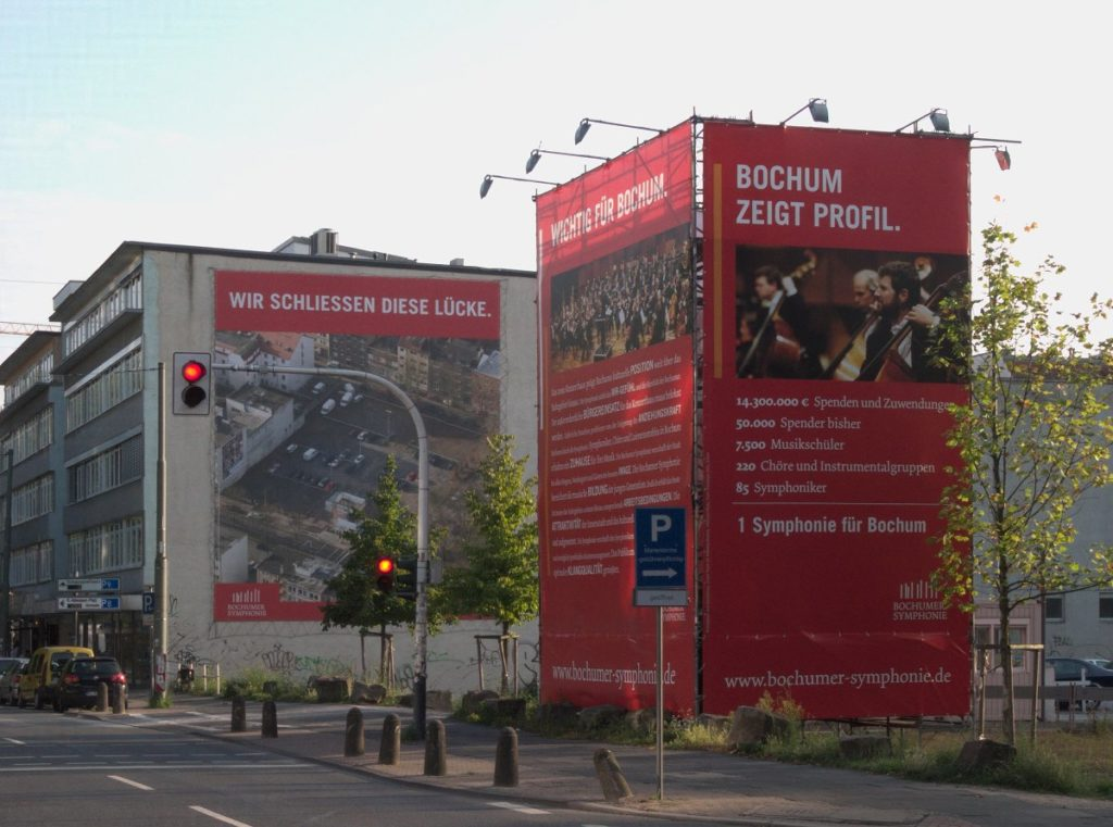 Foto: Bannerturm auf dem Bauplatz der Bochumer Symphonie