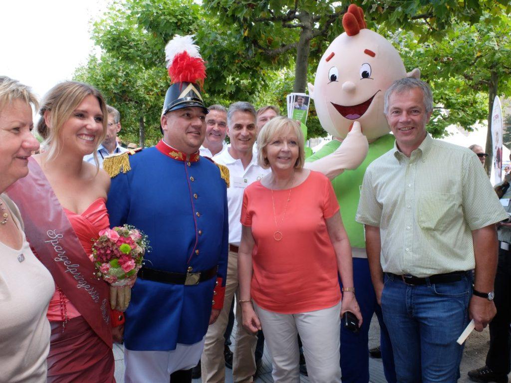 Foto: NRW-Ministerpräsidentin Kraft, Ministerin Löhrmann und Minister Remmel mit Regionalakteuren auf dem NRW-Tag in Düsseldorf